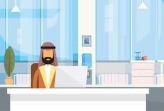 Computer portatile musulmano di seduta arabo di Office Working Place dell'uomo d'affari dello scrittorio dell'uomo di affari Immagini Stock