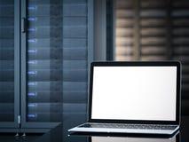 Computer portatile nell'interno della stanza del server rappresentazione 3d Immagine Stock