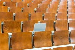 Computer portatile nella stanza di seminario Immagini Stock