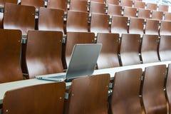 Computer portatile nella stanza di seminario Immagine Stock