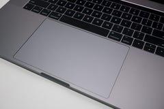 Computer portatile a 15 pollici di Apple MacBook Pro/tastiera di computer portatile e trackpad immagine stock