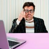 Computer portatile sciocco di espressione di vetro pensive dell'uomo della nullità Fotografie Stock Libere da Diritti