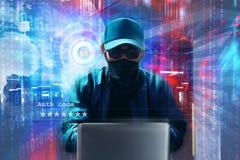 Computer portatile sconosciuto di uso del pirata informatico sul fondo di codice binario Immagini Stock Libere da Diritti