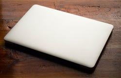 Computer portatile su fondo di legno Fotografia Stock Libera da Diritti