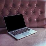Computer portatile su mobilia di lusso Immagine Stock Libera da Diritti