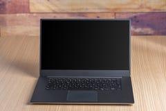 Computer portatile su una tabella fotografia stock