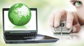 Computer portatile su verde Fotografia Stock