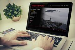 computer portatile sul flusso continuo da tavolo di serie fotografie stock libere da diritti