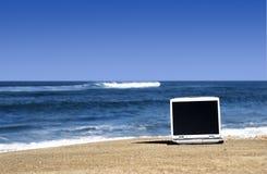 Computer portatile sulla spiaggia fotografie stock libere da diritti