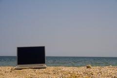 Computer portatile sulla spiaggia Immagine Stock Libera da Diritti