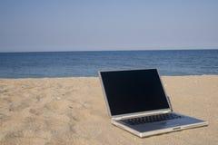 Computer portatile sulla spiaggia Fotografie Stock