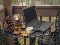 Computer portatile sulla tavola esterna del metallo immagini stock libere da diritti