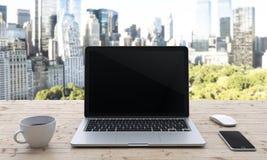 Computer portatile sulla tavola, ufficio Fotografie Stock Libere da Diritti