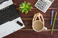 Computer portatile sullo scrittorio Calcolatori, bastone della chiavetta USB, fotografie stock libere da diritti