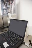 Computer portatile sullo scrittorio con lo schermo in bianco Fotografie Stock Libere da Diritti