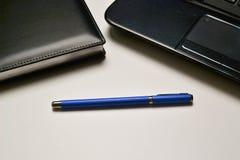 Computer portatile, taccuino e penna Fotografia Stock