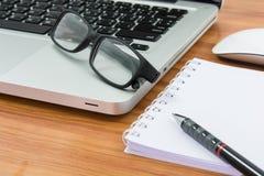 Computer portatile, topo, penna, nota e vetri in bianco di affari Fotografia Stock Libera da Diritti