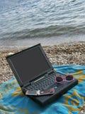 Computer portatile, tovagliolo, vetri di sole, cellulari Fotografie Stock Libere da Diritti