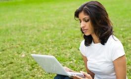 computer portatile usando donna Immagine Stock
