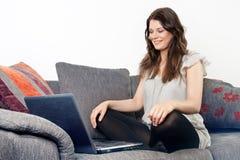computer portatile usando femminile Fotografie Stock Libere da Diritti