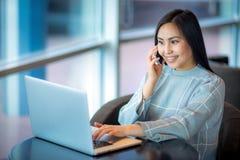 Computer portatile usando femminile Immagini Stock Libere da Diritti