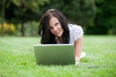 Computer portatile usando femminile casuale in sosta Immagine Stock Libera da Diritti
