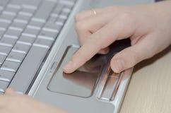 Computer portatile in uso Fotografie Stock