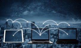 Computer portatili con connessione di rete e dati di divisione ad altri dispositivi Rete e collegamento di Internet immagini stock