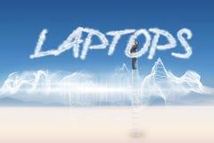 Computer portatili contro progettazione di energia sopra paesaggio Fotografie Stock Libere da Diritti