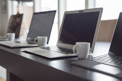 Computer portatili e caffè espresso allineati Immagini Stock Libere da Diritti