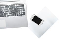 Computer, Smartphone und Papier wird auf transparentem lokalisiert stockbild