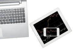 Computer, Smartphone und Tablette mit Diagramm wird auf transp lokalisiert stockfotografie