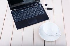 Computer su una tavola di legno Immagine Stock