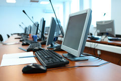 Computer, Tabellen, die Tastatur im Büro Lizenzfreies Stockfoto