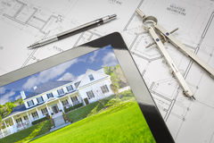 Computer-Tablet, das Haus-Bild auf Haus-Plänen, Bleistift, Baut. zeigt Lizenzfreie Stockfotografie