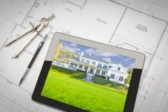 Computer-Tablet, das Haus-Bild auf Haus-Plänen, Bleistift, Baut. zeigt Stockfotografie