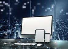 Computer, tablet en smartpone aan Internet wordt aangesloten dat Concept Internet netwerk het 3d teruggeven Royalty-vrije Stock Fotografie