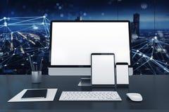 Computer, tablet en smartpone aan Internet wordt aangesloten dat Concept Internet netwerk het 3d teruggeven Stock Afbeeldingen