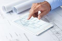 Computer-Tablet-Geschäfts-Architektur Stockbilder