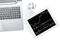 Computer, Tablette mit Diagramm und Papier wird auf transparentem lokalisiert stockfoto