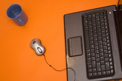 Computer-Tastatur, Maus und Cup Stockbilder