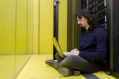 Computer-Techniker, der im datacenter arbeitet Lizenzfreie Stockfotos