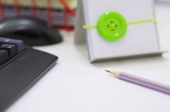 Computer und Büroartikel auf weißer Tabelle lizenzfreie stockfotos