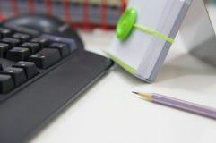 Computer und Bürozubehöre lizenzfreies stockbild
