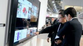 Computer und Besucher an NAB zeigen 2014, Las Vegas, USA, stock video footage
