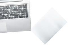 Computer und Papier wird auf transparentem lokalisiert stockfotos