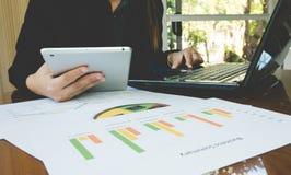 Computer und tabletfor Gebrauch der berufstätigen Frau funktionieren mit Geschäftszusammenfassungs- oder Unternehmensplanbericht  Stockfoto