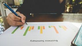 Computer und tabletfor Gebrauch der berufstätigen Frau funktionieren mit Geschäftszusammenfassungs- oder Unternehmensplanbericht  Stockbild