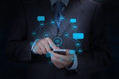 Computer van de het gebruiks de slimme telefoon van de zakenmanhand met e-mailpictogram Stock Afbeeldingen