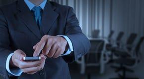 Computer van de het gebruiks de slimme telefoon van de zakenmanhand met e-mailpictogram zoals bedriegen Stock Foto